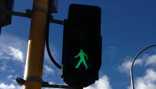 green pedestrian crossing light