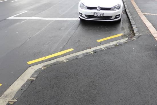 Parking choker with yellow lines