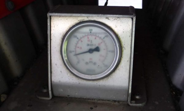 Air suspension gauge for checking the pressure